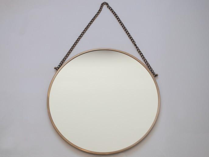 Senta Spiegel mit Kette